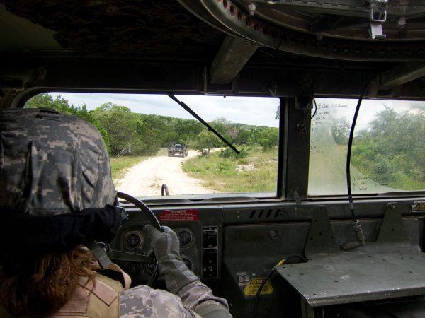 Militärfahrzeug im Wüsteneinsatz - erhöhte Anforderungen an die Frontscheibe durch Sandstürme etc. (Bildrechte: CC-Lizenz by https://pxhere.com/de/photo/396920)